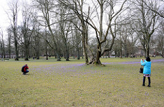 Beliebtes Fotoobjekt - Krokusblüte im Husumer Schlosspark - rücksichtslose Fotografen gehen duch die blühende Krokuswiese.