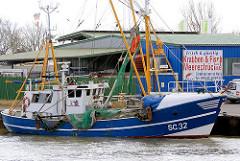 Husumer Fischkutter / Krabbenkutter; Schild Krabben + Fisch, Meeresfrüchte.