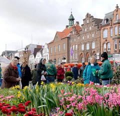 Blumenmarkt auf dem Marktplatz von Husum - Häuserzeile mit historischer Fassade.