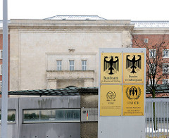Schilder mit Bundesadler an der ehem. SS Kaserne Nürnberg - Bundesamt für Migration und Flüchtlinge.