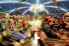 Kinderkarussell in Fahrt auf dem Erfurter Weihnachtsmarkt.