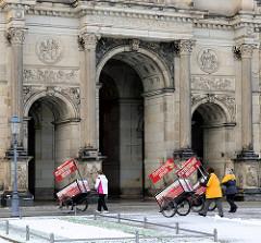 Eingang zum Dresdner Zwinger am Theaterplatz - Karren mit dem Schild Dresdner Stadtrundfahrt werden über den Weg geschoben.