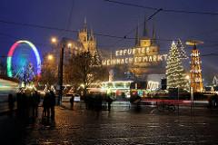 Leuchtschrift Erfurter Weihnachtsmarkt - Weihnachtstanne mit Lichtern Riesenrad in Bewegung - im Hintergrund der Erfurter Dom und die Serverikirche.