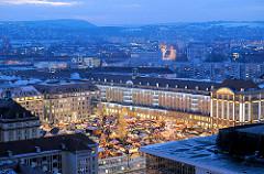 Weihnachtsmarkt in Dresden - der Striezelmarkt auf dem Altmarkt zur Blauen Stunde.