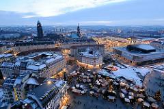 Abenddämmerung über Dresden - Weihnachtsmarkt auf dem Neumarkt und im Hintergrund der Striezelmarkt auf dem Altmarkt. Im Hintergrund die Türme vom Rathaus und der Kreuzkirche.