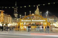 Weihnachsmarkt in Dresden - Dresdner Striezelmarkt in den Abendstunden mit Weihnachtslicht.