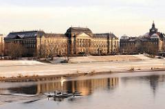 Sächsisches Staatsministerium der Finanzen am Neustädter Elbufer, fertig gestellt 1896; Regierungsviertel Dresden; ein Arbeitsboot fährt elbaufwärts.