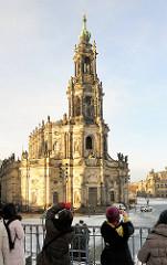 Katholische Hofkirche Dresdens im Morgenlicht - Kathedrale Sanctissimae Trinitatisb des Bistums Dresden Meissens, Barockkirche  erbaut 1755 - Touristinnen fotografieren das historische Gebäude.