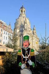 Pappfigur mit Trommel - Spielmannszug eines Bergmannvereins auf dem Weihnachtsmarkt in Dresden.