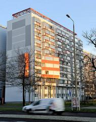 Hochhäuser mit Fassadenerker am Juri Gagarin Ring in Erfurt in der Morgensonne.