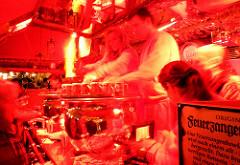 Stand mit Ausschank von Feuerzangenbowle - Punschstand auf dem weihnachtlichen Markt in der bayrischen Stadt Nürnberg.