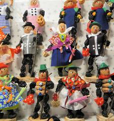 Zwetschgenmännchen / Zwetschgenfrauchen auf dem Nürnberger Weihnachtsmarkt - aus getrockneten Backpflaumen hergestellte Figuren; der Kopf ist eine Walnuss.