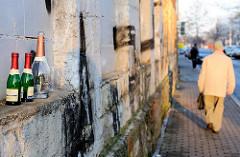 Flaschen / Reste einer Strassenparty in Erfurt - Spaziergänger am Morgen.