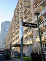 Mohrengasse in Erfurt - Hochhäuser mit Balkons.