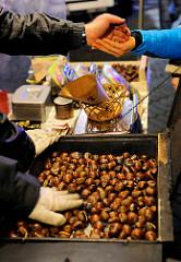 Verkauf von heissen Maronen auf dem Christkindlesmarkt in Nürnberg - geröstete Kastanien / Esskastanien, Maroni.