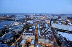 Blaue Stunde in Dresden - Blick zur Carolabrücke; lks. davor die Glaskuppel / Zitronenpresse der Hochschule für Bildende Künste.