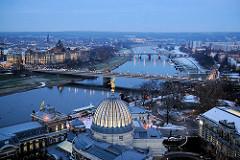 Blaue Stunde in Dresden - Blick zur Carolabrücke über die Elbe; davor die Glaskuppel / Zitronenpresse der Hochschule für Bildende Künste.