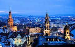 Blaue Stunde über den Dächern von Dresden - rechts der Turm vom Oberlandesgericht Dresden, die Hofkirche und der Turm des Rezidenzschlosses. .