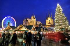 Erfurter Weihnachtsmarkt - Blaue Stunde; Weihnachtsrad / Riesenrad - Weihnachtstanne. Marktbuden, MarktbesucherInnen - Erfurter Dom und Severikirche.
