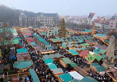 Luftaufnahme vom Weihnachtsmarkt in Erfurt - Landeshauptstadt vom Freistaat Thüringen - die Marktbuden stehen dicht gedräng auf dem Domplatz - in der Mitte eine 25m hohe beleuchtete Weihnachtstanne