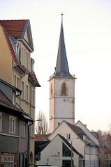 Turm der gotischen Allerheiligenkirche in Erfurt - Hausfassaden, Hausdächer.