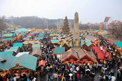 Blick über den Weihnachtsmarkt in Erfurt - Landeshauptstadt vom Freistaat Thüringen - die Marktbuden stehen dicht gedräng auf dem Domplatz - in der Mitte eine 25m hohe beleuchtete Weihnachtstanne,
