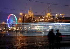 Nachtaufnahme Weihnachtsmarkt - Leuchtschrift Erfurter Weihnachtsmarkt - Weihnachtstanne mit Lichtern Riesenrad in Bewegung - im Hintergrund der Erfurter Dom und die Serverikirche.
