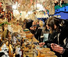 Verkaufsstand mit Weihnachtsschmuck auf dem Nürnberger Weihnachtsmarkt - BesucherInnen drängen sich an der Auslage.