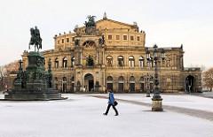 Semperoper in Dresden - am frühen Morgen sind noch keine Touristen zu sehen - Schnee liegt auf dem Theaterplatz.