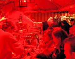 Stand mit Weihnachtspunsch auf dem Nürnberger Christkindlesmarkt - Ausschank von Feuerzangenbowle.