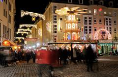 Weihnachtlich beleuchtete Strasse in Dresden - Weihnachtspyramide, Marktbesucher.