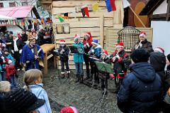 Weihnachtliches Treiben zur Adventszeit auf einem Weihnachtsmarkt in Erfurt.