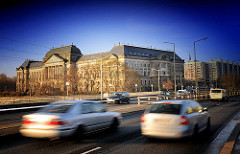 Sächsisches Staatsministerium der Finanzen am Neustädter Elbufer, fertig gestellt 1896; Blick von der Carolabrücke; schnell fahrende Auots -  im Hintergrund Plattenbauten.
