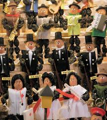 Zwetschgenmännchen / Pflaumentoffel auf dem Nürnberger Christkindlesmarkt - aus getrockneten Backpflaumen hergestellte Figuren; der Kopf ist eine Walnuss.