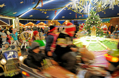 Weihnachtsmarkt in Erfurt - Kinderkarussell; im Hintergrund Marktbuden.