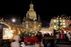 Weihnachtsmarkt auf dem Dresdner Neumarkt mit Verkaufsbuden - im Hintergrund die Frauenkirche.