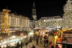 Dresdner Striezelmarkt - Weihnachtsbaum mit Lichtern - Weihnachtspyramide.