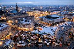 Abenddämmerung über Dresden - Weihnachtsmarkt auf dem Neumarkt und im Hintergrund der Striezelmarkt auf dem Altmarkt.