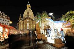 Weihnachtsmarkt auf dem Dresdner Neumarkt bei Nacht, beleuchtete Frauenkirche.