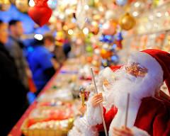 Figur Weihnachtsmann - bunter Marktstand auf dem Nürnberger Weihnachtsmarkt.