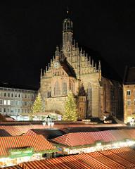 Blick über den Nürnberger Christkindlesmarkt an der spätgotischen Frauenkirche am Hauptmarkt.