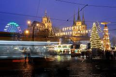 Blaue Stunde / Nachtaufnahme Weihnachtsmarkt - Leuchtschrift Erfurter Weihnachtsmarkt - Weihnachtstanne mit Lichtern Riesenrad in Bewegung - im Hintergrund der Erfurter Dom und die Serverikirche.