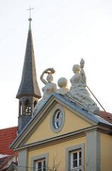 Figürlicher Giebelschmuck eines historischen Gebäudes in Erfurt. Turm der Magdalenenkapelle, erbaut 1341.