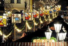 Beleuchtete Weihnachtsdekoration an der Strasse des Nürnberger Christkindlesmarkts - weihnachtliche Dekoration / historische Strassenlampen.