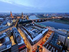 Abendämmerung in Dresden / Blaue Stunde über der Stadt an der Elbe - in der Bildmitte die Augustusbrücke - lks davon die Türme vom Oberlandesgericht Dresden, vom Residenzsschloss und der Hofkirche.