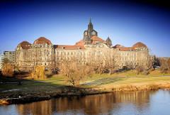 Blick über die Elbe zum Dresdner Regierungviertel - Sächsiche Staatskanzlei; erbaut 1904 im Stil der Neorenaissance - Neustädter Elbufer.