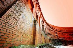 Ziegelsteinmauer - Innenansicht der Kongresshalle des ehem. Reichsparteitagsgeländes in Nürnberg.