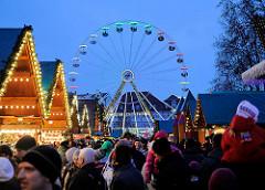 Weihnachtsmarkt in der Thüringer Landeshauptstadt Erfurt - beleuchtete Marktbuden - Riesenrad, Weihnachtsrad; blaue Stunde / Sonnenuntergang.