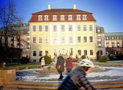 Barockes Gebäude am Neustädter Elbufer in Dresden, 1724 errichtet; Nutzung als Hotel Bellevue; Radfahrer und SpaziergängerInnen.