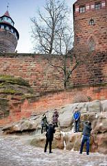 Burgmauer mit Türmen / Nürnberger Burg - Touristen fotografieren sich und die Anlage.